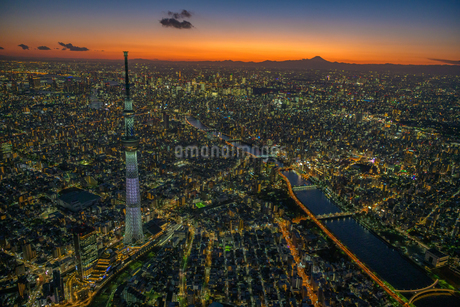 富士山と東京スカイツリーライトアップ空撮マジックアワーの写真素材 [FYI02837863]