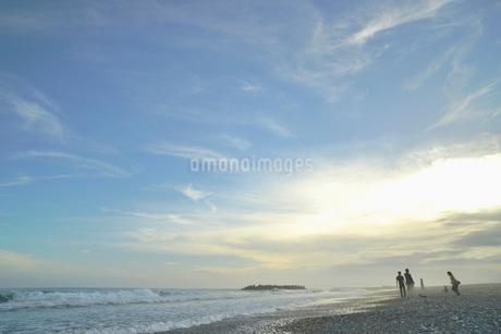 夕方の海岸の写真素材 [FYI02837868]