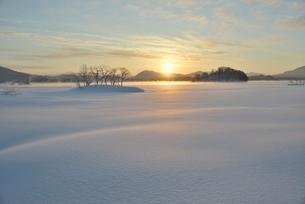 夜明けの桧原湖の写真素材 [FYI02837901]