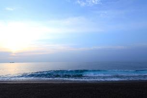 夜明けの七里御浜海岸の写真素材 [FYI02837907]