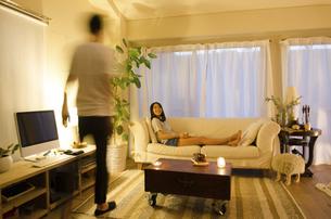 家でリラックスするカップルの写真素材 [FYI02837922]