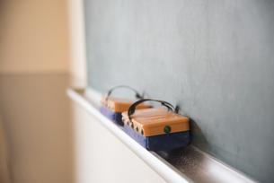 黒板と黒板消しの写真素材 [FYI02837938]