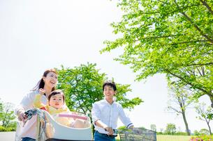 公園で自転車に乗る家族の写真素材 [FYI02837987]