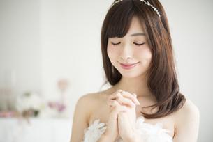 祈っているウェディングドレス姿の女性の写真素材 [FYI02837988]
