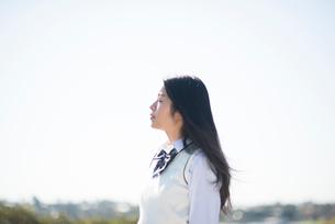 横を向いている制服姿の女子高生の写真素材 [FYI02838008]