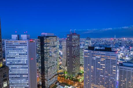 新宿ビル群の夜景の写真素材 [FYI02838038]