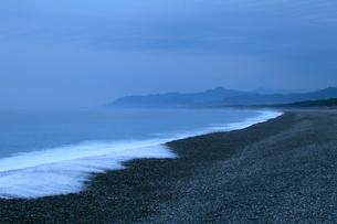 夜明け前の七里御浜海岸の写真素材 [FYI02838060]