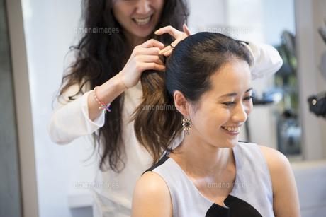 美容室でヘアセットをしている女性の写真素材 [FYI02838102]