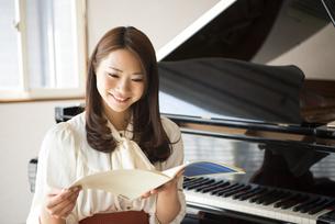 楽譜を見ている女性の写真素材 [FYI02838131]
