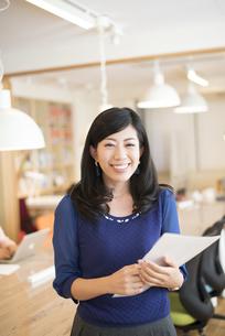 オフィスにいる女性の写真素材 [FYI02838142]