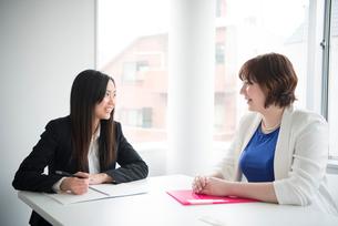 会議室で話している女性二人の写真素材 [FYI02838144]