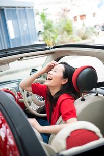 車の中で笑っている女性の写真素材 [FYI02838150]