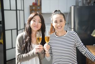 シャンパングラスを持っている女性2人の写真素材 [FYI02838166]