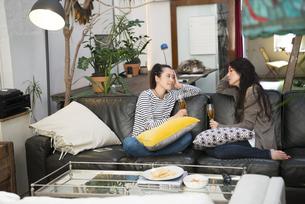 ソファに座っておしゃべりをしている女性2人の写真素材 [FYI02838169]