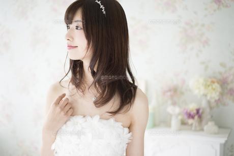 ウェディングドレスを着て横を向いている女性の写真素材 [FYI02838172]