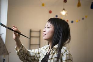 絵を描いている女性の写真素材 [FYI02838174]