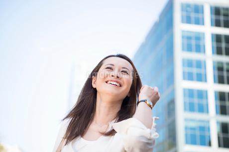 オフィス街にいる笑顔の女性の写真素材 [FYI02838181]