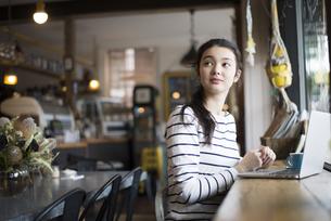カフェでパソコンを開いてる女性の写真素材 [FYI02838182]