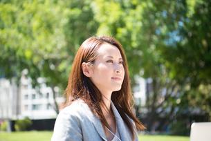横を向いている女性の写真素材 [FYI02838184]