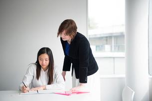 会議室にいる外国人先生と生徒の写真素材 [FYI02838193]