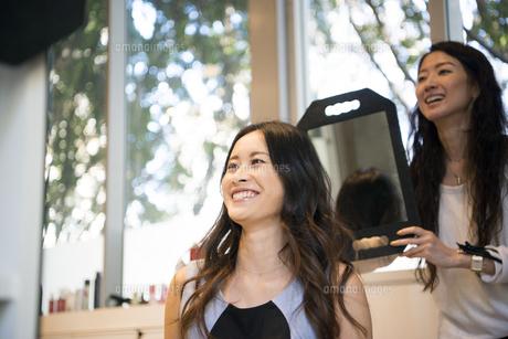 美容室でヘアセットをしている女性の写真素材 [FYI02838202]