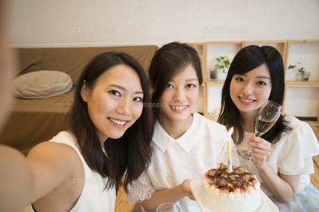 ケーキを持って自撮りをしている女性達の写真素材 [FYI02838213]