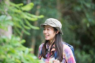 森の中にいる女性の写真素材 [FYI02838219]