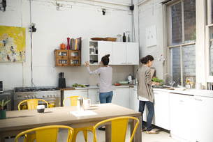 キッチンで料理をしている女性2人の写真素材 [FYI02838225]