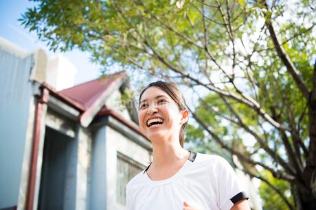 走っている女性の写真素材 [FYI02838226]