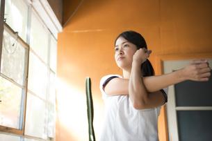 ストレッチをしている女性の写真素材 [FYI02838243]