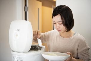 ご飯をよそっている女性の写真素材 [FYI02838252]