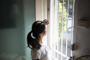 ドアの外を見ている女性の写真素材 [FYI02838261]