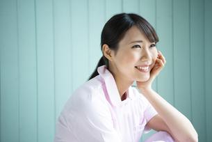制服姿で座って笑っている女性の写真素材 [FYI02838271]