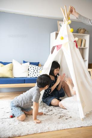 テントで遊んでいる家族の写真素材 [FYI02838273]