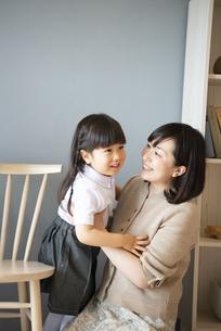 家で笑っている母親と娘の写真素材 [FYI02838298]