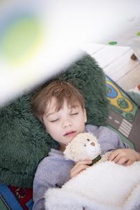 シーツで作ったテントの中で眠っている男の子の写真素材 [FYI02838308]
