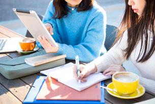 タブレットを見ながら勉強している2人の写真素材 [FYI02838316]