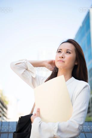 オフィス街にいる働く女性の写真素材 [FYI02838320]