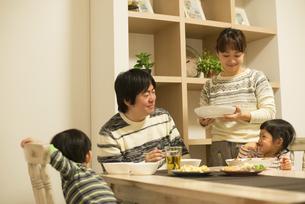 夕食時の家族の団欒の写真素材 [FYI02838321]