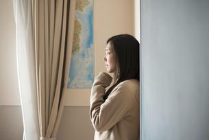 壁にもたれている女子高校生の写真素材 [FYI02838322]