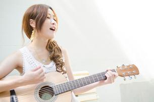 ギターを弾いている女性の写真素材 [FYI02838326]