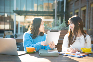 タブレットを見ながら勉強している2人の写真素材 [FYI02838342]
