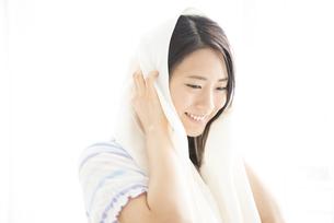 タオルで髪を拭いている女性の写真素材 [FYI02838348]
