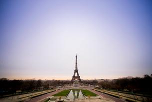 朝焼けの中のエッフェル塔の写真素材 [FYI02838361]