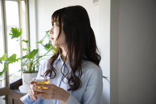 お茶を持っている女性の写真素材 [FYI02838362]