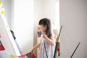 家の中でテントを組み立てている親子の写真素材 [FYI02838367]