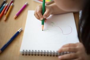 机で絵を描いている女の子の写真素材 [FYI02838368]