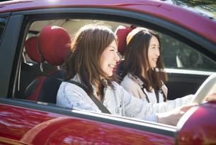 ドライブを楽しんでいる女性2人の写真素材 [FYI02838373]