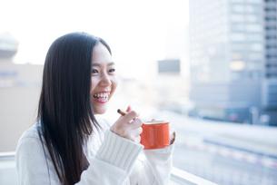 スプーンとカップを持っている女性の写真素材 [FYI02838378]