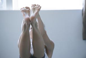 ヨガをしている女性の足の写真素材 [FYI02838384]